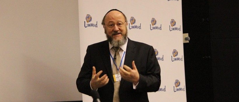 Chief Rabbi Mirvis takes to the podium at the Limmud annual conference to teach about the guiding influence of Torah