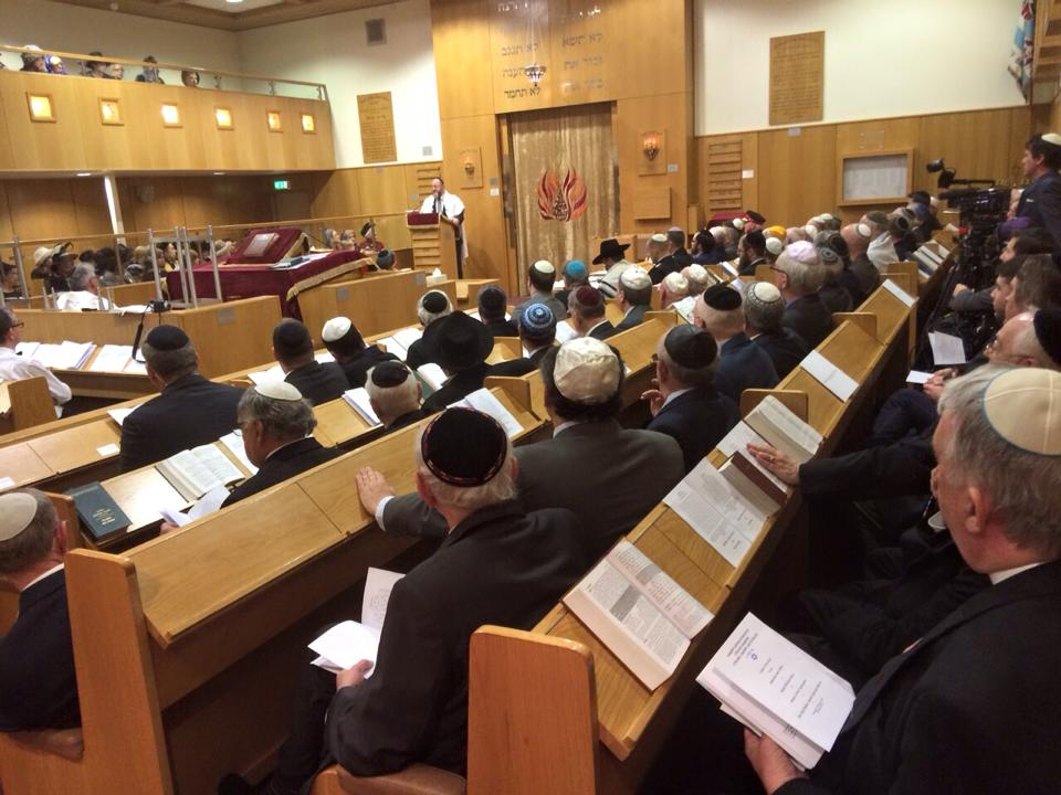 Chief Rabbi Mirvis inducts Rabbi Michoel Rose into the rabbinical position at Cardiff United Synagogue.